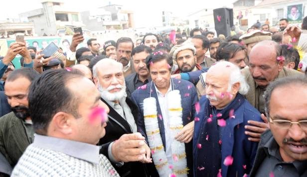 Ch Parvez Elahi was enthusiastically welcome by chanting of loud slogans and showering on flower petals.